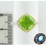 Серебряное кольцо с синтетическим хризолитом и фианитами